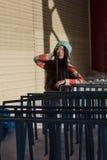 Retrato de la muchacha asiática elegante en la calle Imagen de archivo libre de regalías