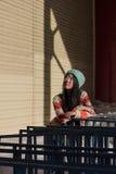 Retrato de la muchacha asiática elegante en la calle Fotos de archivo libres de regalías