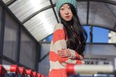 Retrato de la muchacha asiática elegante en la calle Foto de archivo