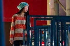 Retrato de la muchacha asiática elegante en la calle Imágenes de archivo libres de regalías