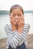 Retrato de la muchacha asiática feliz en naturaleza Foto de archivo