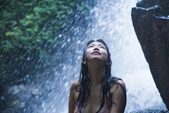 Retrato de la muchacha asiática hermosa joven que parece pura y que disfruta de belleza de la naturaleza con agua natural hermosa Imagen de archivo libre de regalías