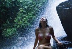 Retrato de la muchacha asiática hermosa joven que parece pura y que disfruta de belleza de la naturaleza con agua natural hermosa Imágenes de archivo libres de regalías