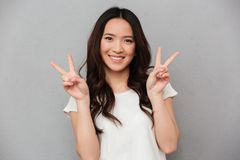 Retrato de la muchacha asiática linda 20s en smil casual de la camiseta y de los vaqueros Fotos de archivo