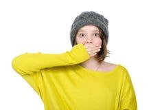 Retrato de la muchacha asustada bonita que cubre su boca Imagen de archivo libre de regalías