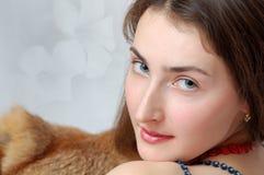 Retrato de la muchacha atractiva agradable fotografía de archivo