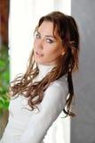 Retrato de la muchacha atractiva al aire libre cerca de la pared Imágenes de archivo libres de regalías