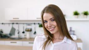 Retrato de la muchacha atractiva con el hogar interior de la risa almacen de metraje de vídeo
