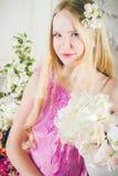 Retrato de la muchacha atractiva con el pelo largo con flores Fotos de archivo