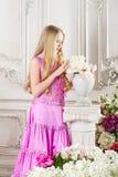 Retrato de la muchacha atractiva con el pelo largo con flores Imagen de archivo