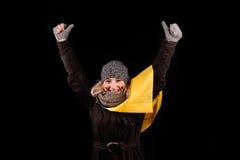Retrato de la muchacha atractiva con la bandera ucraniana Imágenes de archivo libres de regalías