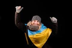 Retrato de la muchacha atractiva con la bandera ucraniana Imagen de archivo