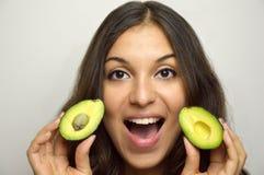 Retrato de la muchacha atractiva con la fruta sana del aguacate Fotografía de archivo