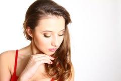 Retrato de la muchacha atractiva con un maquillaje aislada en el backgroun blanco Imagen de archivo libre de regalías