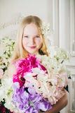 Retrato de la muchacha atractiva con un ramo de flores Fotografía de archivo libre de regalías