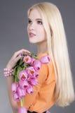 Retrato de la muchacha atractiva del blondie con los tulipanes Fotografía de archivo libre de regalías