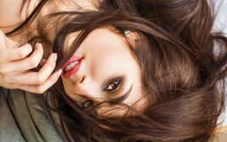 Retrato de la muchacha atractiva del modelo de moda dentro Los labios grandes se cierran para arriba Mujer morena de la belleza c foto de archivo libre de regalías