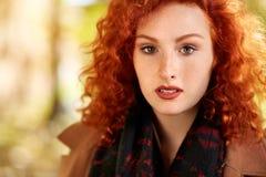 Retrato de la muchacha atractiva del pelirrojo foto de archivo libre de regalías