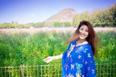 Retrato de la muchacha atractiva en campo del cosmos Sonrisa feliz Viajes fotos de archivo libres de regalías