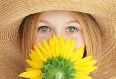 Retrato de la muchacha atractiva en sombrero de paja con el girasol, primer Fotografía de archivo libre de regalías