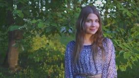 Retrato de la muchacha atractiva joven con una sonrisa hermosa el modelo mira la cámara y la sonrisa muchacha en un verano brilla metrajes