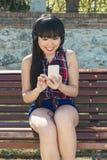 Retrato de la muchacha atractiva joven que escucha la música con el headph Imagen de archivo libre de regalías