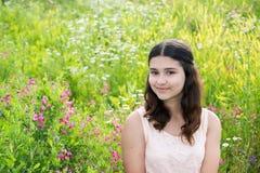 Retrato de la muchacha bastante adolescente al aire libre en verano Fotos de archivo libres de regalías