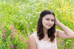 Retrato de la muchacha bastante adolescente al aire libre en verano Foto de archivo libre de regalías