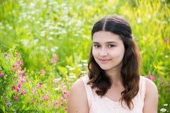 Retrato de la muchacha bastante adolescente al aire libre en verano Fotografía de archivo