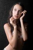 Retrato de la muchacha bastante adolescente en estudio del agua Foto de archivo libre de regalías