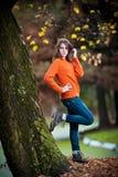 Retrato de la muchacha bastante adolescente en parque del otoño Foto de archivo
