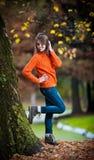 Retrato de la muchacha bastante adolescente en parque del otoño Imagen de archivo libre de regalías