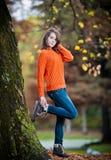 Retrato de la muchacha bastante adolescente en parque del otoño Fotografía de archivo libre de regalías
