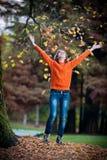 Retrato de la muchacha bastante adolescente en parque del otoño Fotografía de archivo