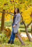 Retrato de la muchacha bastante adolescente en parque del otoño Foto de archivo libre de regalías