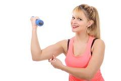 Retrato de la muchacha bastante deportiva que lleva a cabo el peso Fotos de archivo libres de regalías