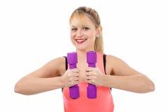 Retrato de la muchacha bastante deportiva que lleva a cabo el peso Fotos de archivo