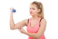 Retrato de la muchacha bastante deportiva que lleva a cabo el peso Imagen de archivo libre de regalías