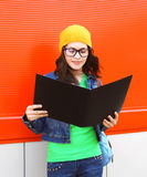 Retrato de la muchacha bastante elegante del estudiante en vidrios con la carpeta Fotografía de archivo