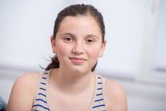 Retrato de la muchacha bastante joven del adolescente Fotografía de archivo libre de regalías
