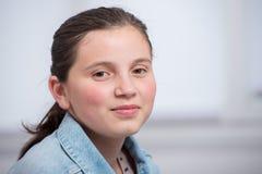 Retrato de la muchacha bastante joven del adolescente Fotos de archivo