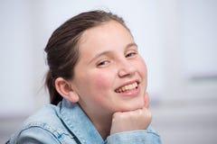 Retrato de la muchacha bastante joven del adolescente Fotos de archivo libres de regalías