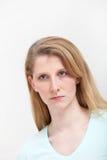 Retrato de la muchacha bastante rubia con mirada seria Imagenes de archivo