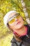 Retrato de la muchacha beaty en bosque del otoño Fotos de archivo libres de regalías