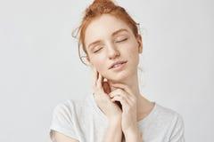 Retrato de la muchacha blanda con el pelo astuto y la sonrisa cerrada de los ojos Imagenes de archivo