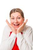 Retrato de la muchacha bonita alegre en delantal rojo Fotografía de archivo