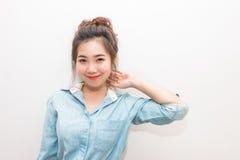 Retrato de la muchacha bonita de Asia que sonríe y que presenta Imagen de archivo