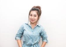 Retrato de la muchacha bonita de Asia que sonríe y que presenta Fotografía de archivo libre de regalías