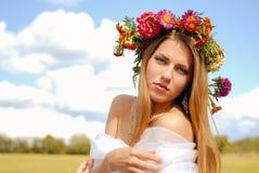 Retrato de la muchacha bonita atractiva en guirnalda de la flor con Fotografía de archivo