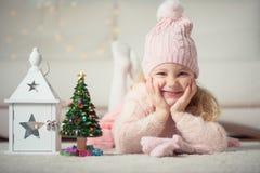 Retrato de la muchacha bonita con el árbol y la linterna de los Años Nuevos Imagenes de archivo